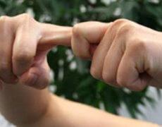 почему хрустят пальцы рук